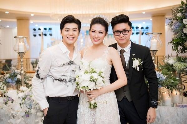 Noo Phước Thịnh tạo dáng cùng vợ chồng Tú Anh trong ngày trọng đại