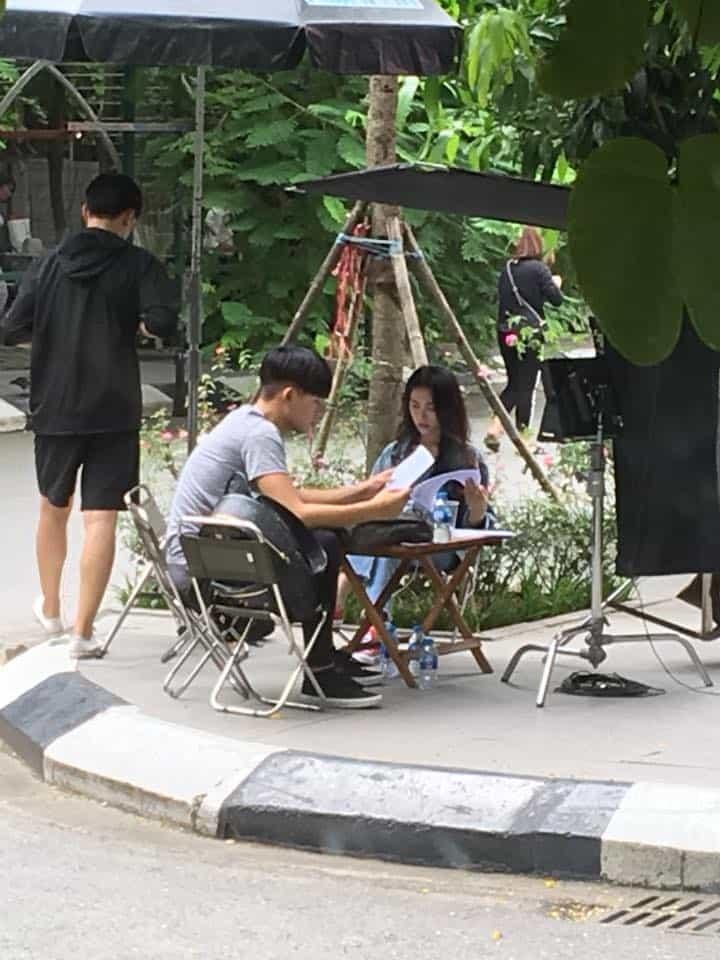 """Lộ hình ảnh Hòa Minzy cùng đang ngồi đọc kịch bản cùng """"hotboy bơi lội"""" Yoon Trần"""